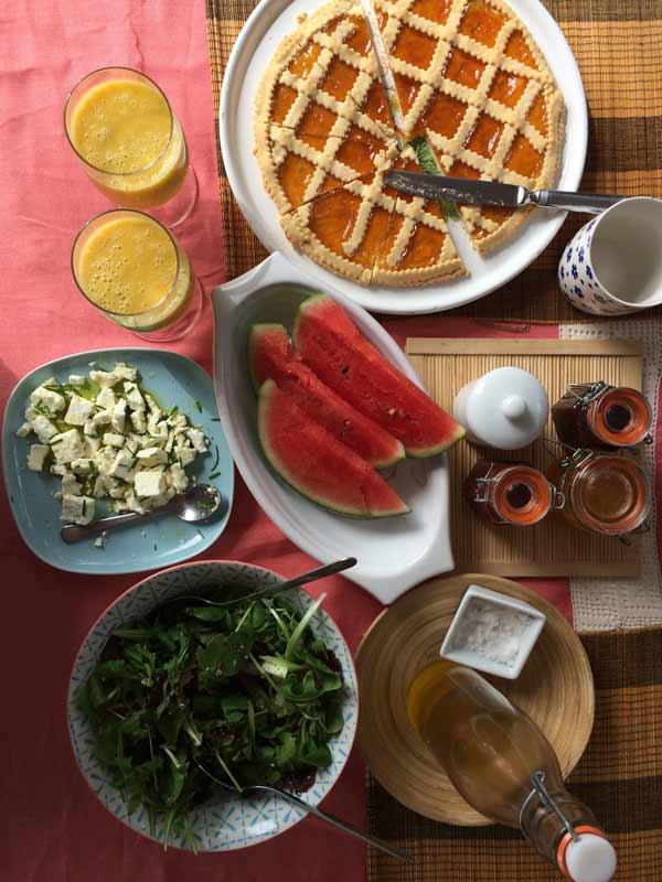 Torta fatta in casa e frutta fresca per la colazione a casadisale