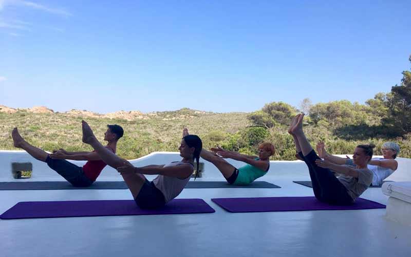 5 persone praticano yoga a Casadisale Yoga Resort
